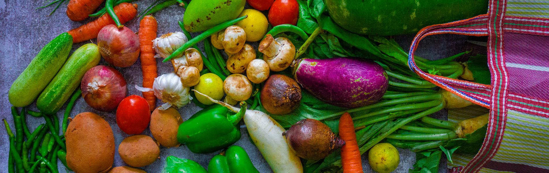 vários legumes e verduras em cima de uma mesa
