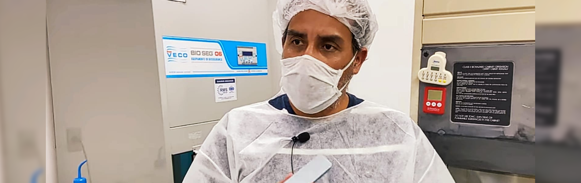 homem paramentado com roupas de laboratório