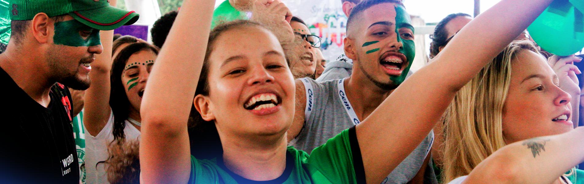 estudantes animados com rostos pintados no acolhimento cultural