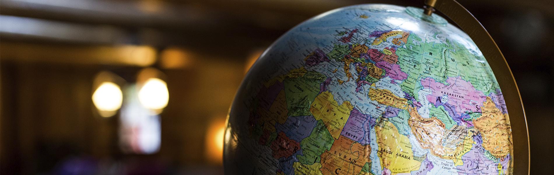 Foto em close up de um globo terrestre