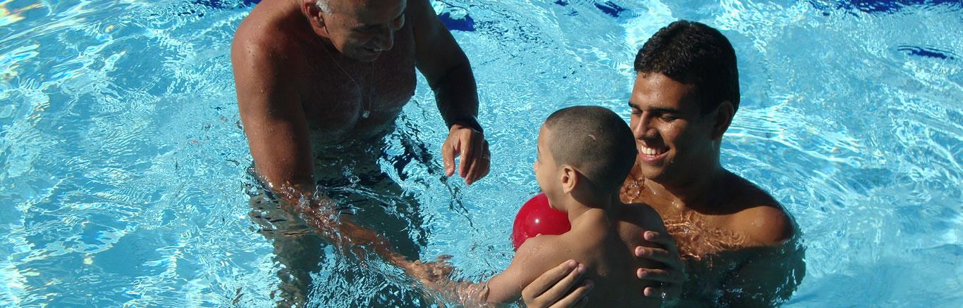 Projeto da UFF oferece aulas gratuitas de natação a crianças e adultos com deficiência