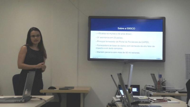Viviane Ernandes demonstrando uma das base de dados da EBSCO