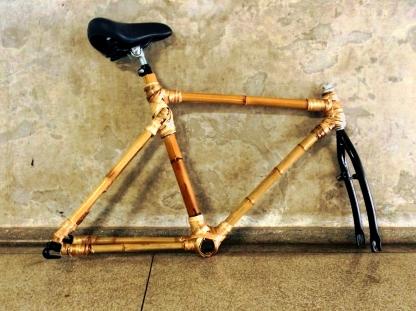 Estrutura base de bicicleta feita com bambu