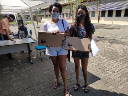 Entrega de Chromebooks para estudantes da UFF