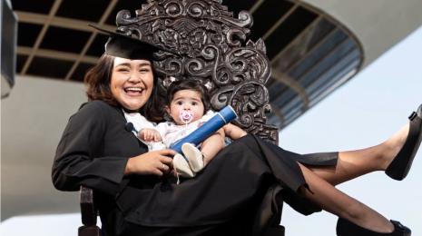 Mãe e filha no museu com diploma na mão