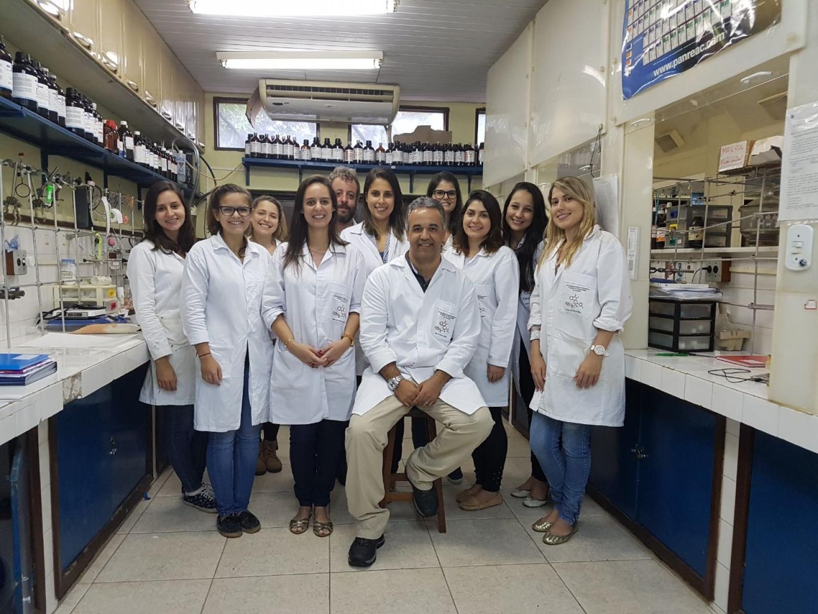 foto da equipe no laboratório