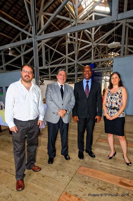 O coordenador do projeto. o embaixador do Brasil em São Tomé e Príncipe, o Ministro da Educação e a represente da ABC