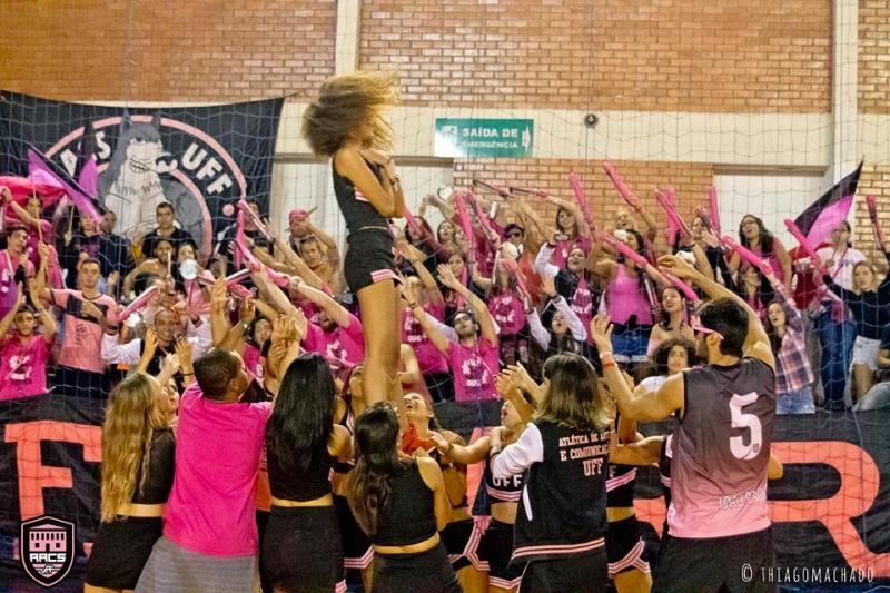Apresentação das cheerleaders de Artes e Comunicação Social para a torcida Foto: Thiago Machado