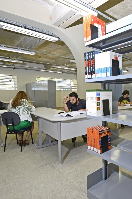 O acervo da biblioteca foi doado pela Prefeitura