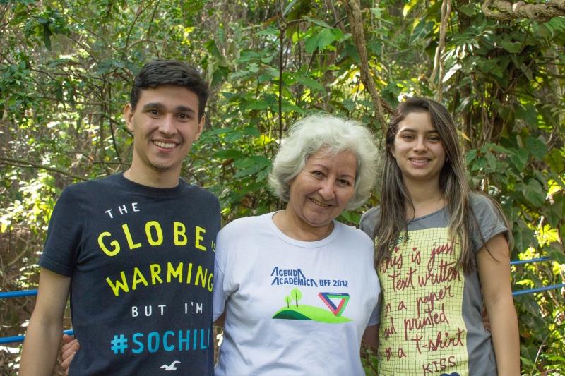 A coordenadora do LAHVI, Janie Garcia da Silva, ladeada pelos bolsistas Filipe Ferreira da Ponte e Kassia Chebli