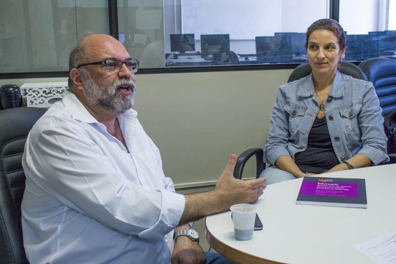 Os professores Luiz Claudio Schara e Débora Cristina Saade explicam sobre o Eduroam Foto: Paula Fernandes