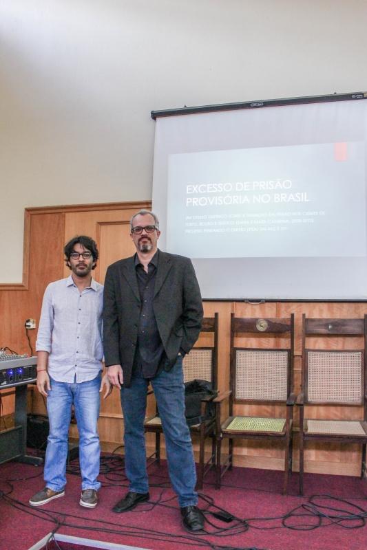 Professores Rogerio Dultra dos Santos e Douglas Guimarães Leite no lançamento da pesquisa Foto: Paula Fernandes