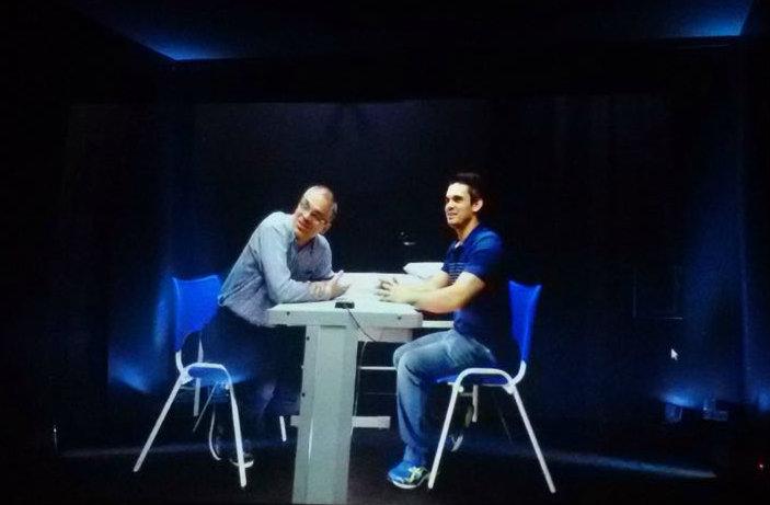 O professor Ricardo Carrano e o aluno de mestrado André Luis de Oliveira Fonseca em simulação do Sistema de Saúde Holográfica