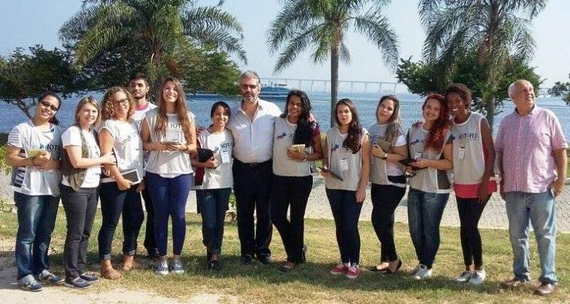 Professor Lidizia (ao centro), Professor Vilela (à direita) e pesquisadores do IOT-RJ Foto: Divulgação