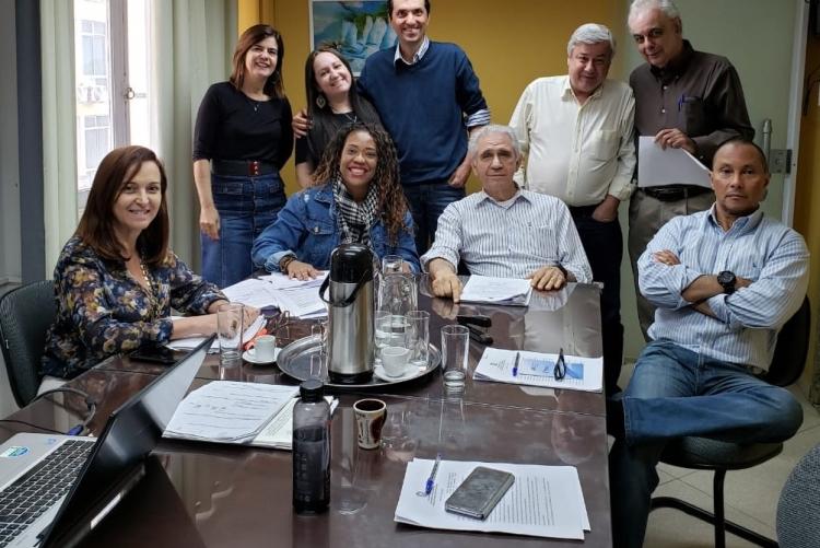 Equipe reunida em uma sala