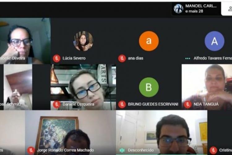 Foto de sala virtual de evento composta por pessoas e símbolos
