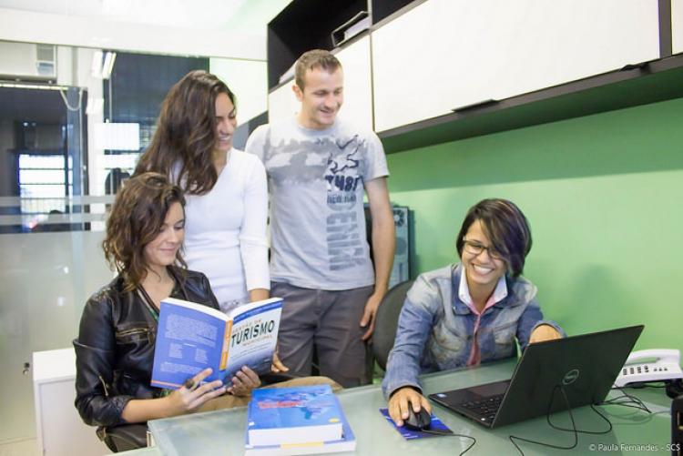 Jovens de frente a um computador