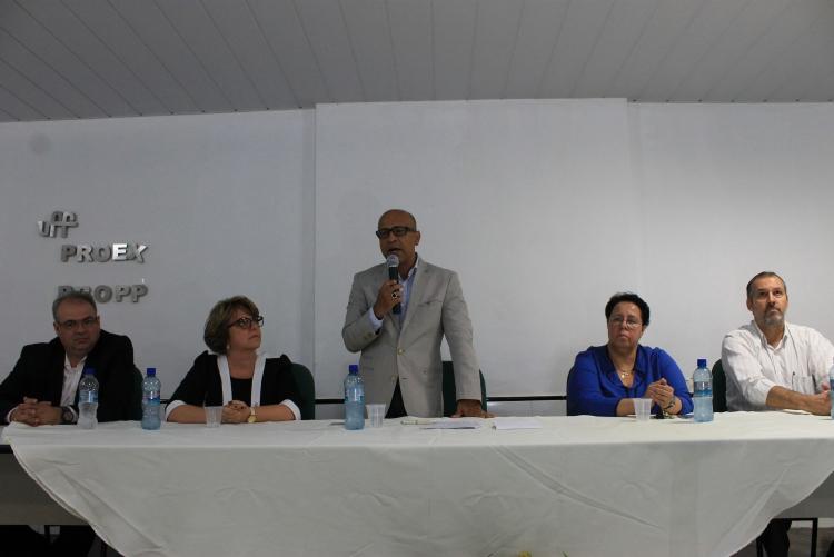 O reitor Sidney de Mello discursa em mesa composta pelo novo vice-diretor da faculdade de Veterinária Cícero Pitombo, a nova diretora Leila Sobreiro, a ex-diretora Nadia Almosny e o ex-vice-diretor Sérgio Mano