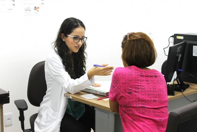 médica realizando atendimento com paciente