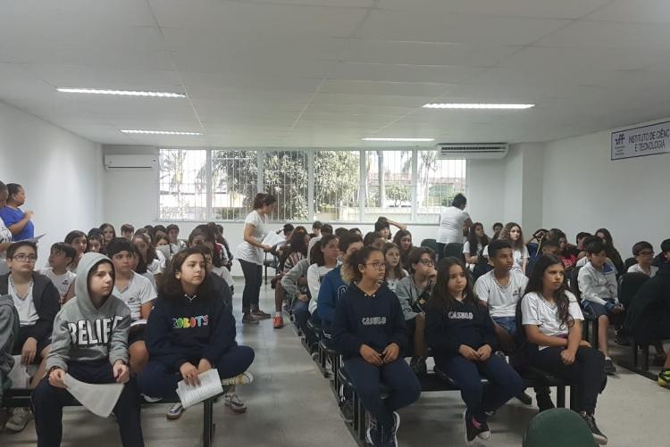 alunos do 7º ano no auditório do ICT assistindo as palestras sobre os cursos