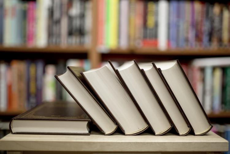 imagem: pilha de livros em uma biblioteca