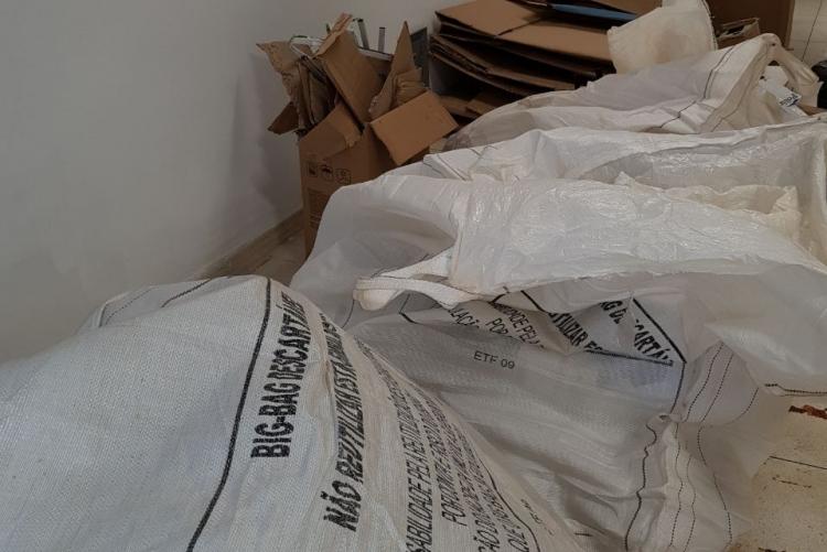 sacolas plásticas brancas contendo material reciclável
