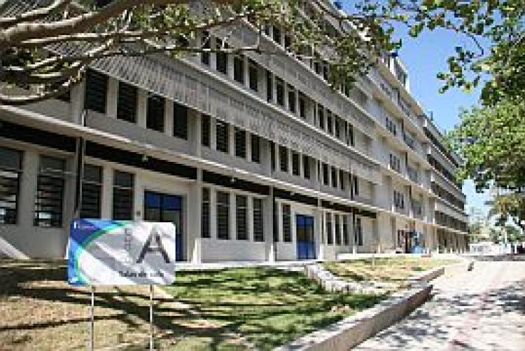 Imagem do bloco A, prédio que abrigará o nova sala da Divisão de Acessibilidade e Inclusão da UFF, com acesso pelo caminho acessível para deficientes físicos, visuais e mobilidade reduzida