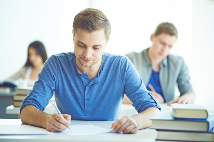 imagem: estudantes em sala de aula