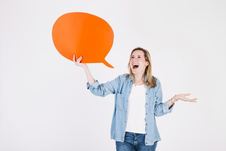imagem: mulher segurando um balão de conversa