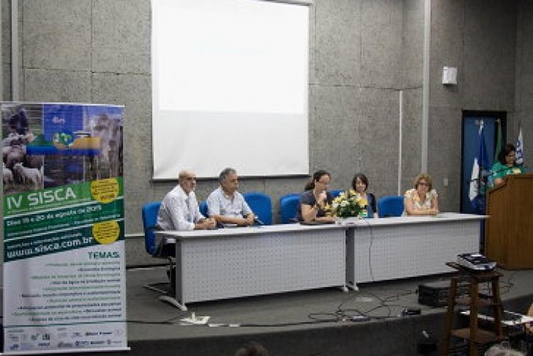 Da esquerda para direita, Professores Ismar Moraes,  Danilo Chagas, Luiza Valente, Virgínia Leo e Leila Gatti, respectivamente, representante da PROEX, Departamento de Zootecnia, coordenadora do evento, coordenadora do curso de Medicina Veterinária e diretora  da Faculdade Veterinária-UFF.