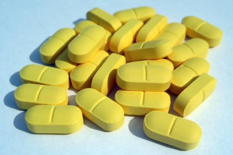 imagem: comprimidos amarelos dispostos em uma mesa