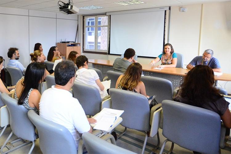 A coordenadora da Região Sudeste, Alda Maria Sanchez, debate com os participantes do fórum a aprovação da PEC 241. Foto: João Fanara
