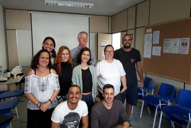 O professor Andy Roberts com a Professora Ana Paula Spolon e alunos da graduação e mestrado em turismo da Faculdade de Turismo e Hotelaria.