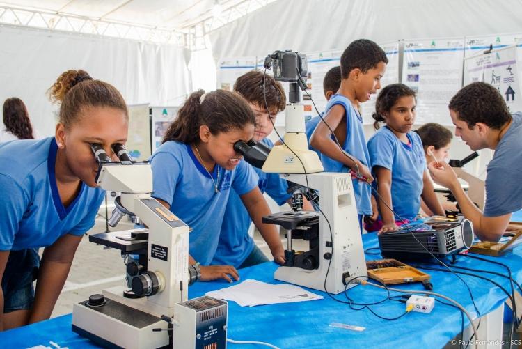 Estudantes de escolas do ensino fundamental visitando o evento de Agenda Acadêmica da UFF