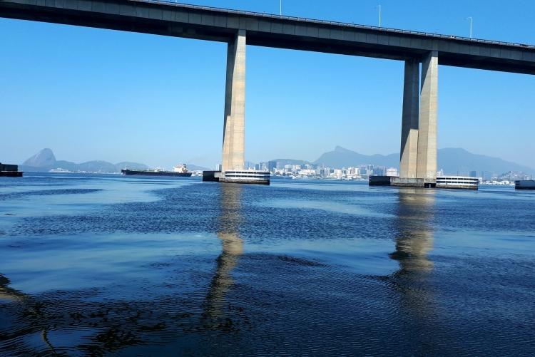 Laboratório da UFF estuda emissão de poluentes na Baía de Guanabara