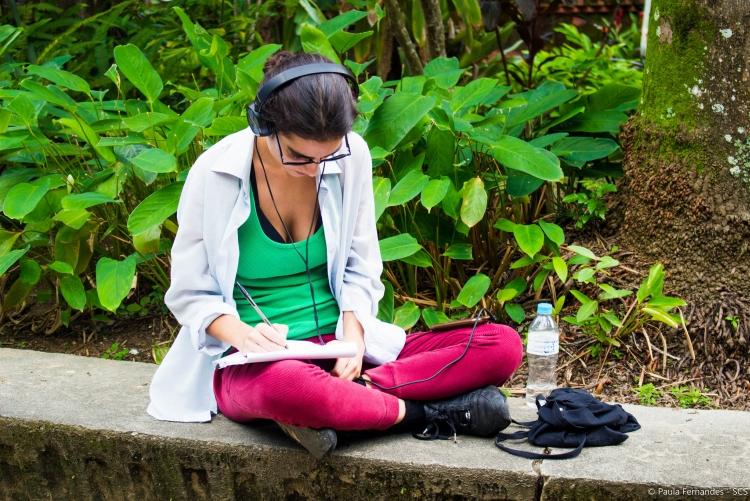 Moça lendo no campus