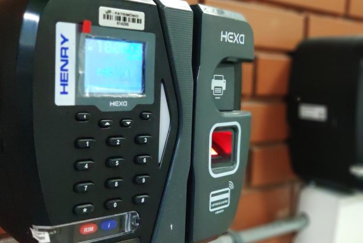 Foto de máquina de ponto eletrônico