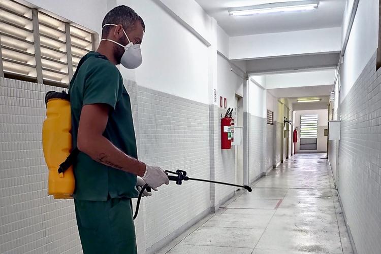 Homem executando a sanitização