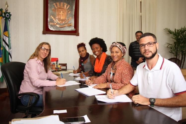 O termo foi assinado pela prefeita Fátima Pacheco, as professoras Clarete, Raimunda, Rute e  o presidente da Associação de Moradores de Machadinha, Wagner Nunes,  ao fim do encontro
