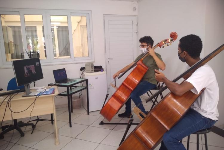 Estudantes do projeto Volta Redonda Cidade da Música tocando violoncelo nas aulas on-line em parceria com a UFF