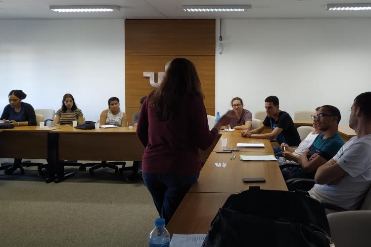 Alunos participam de aula sobre cartografia do Brasil com a Prof.ª Angélica di Maio