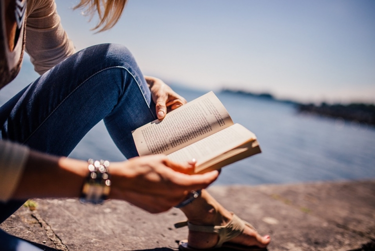 imagem: pessoa sentada lendo livro