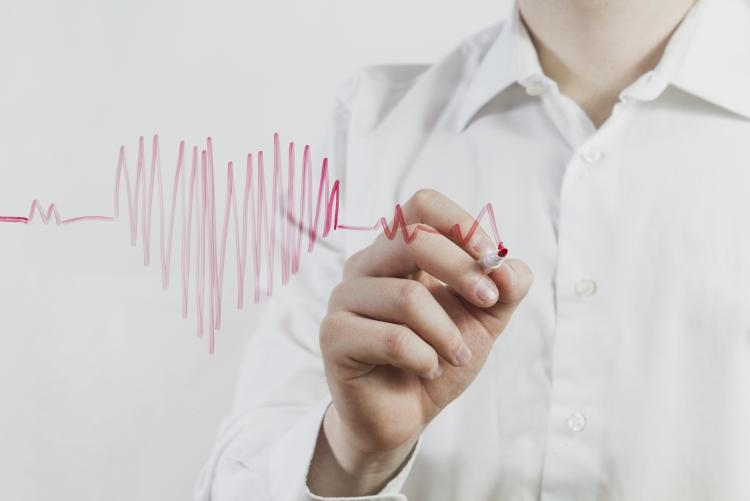 Imagem: médico desenhando um coração