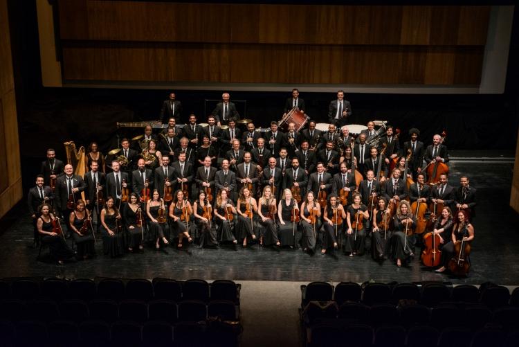 Na foto, o conjunto de músicos da Orquestra Sinfônica Nacional UFF enfileirados, com seus respectivos instrumentos
