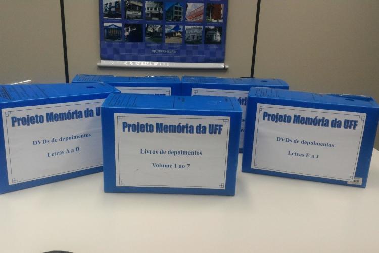 Caixa box contendo transcrições impressas e dvds com depoimento de professores aposentados da UFF