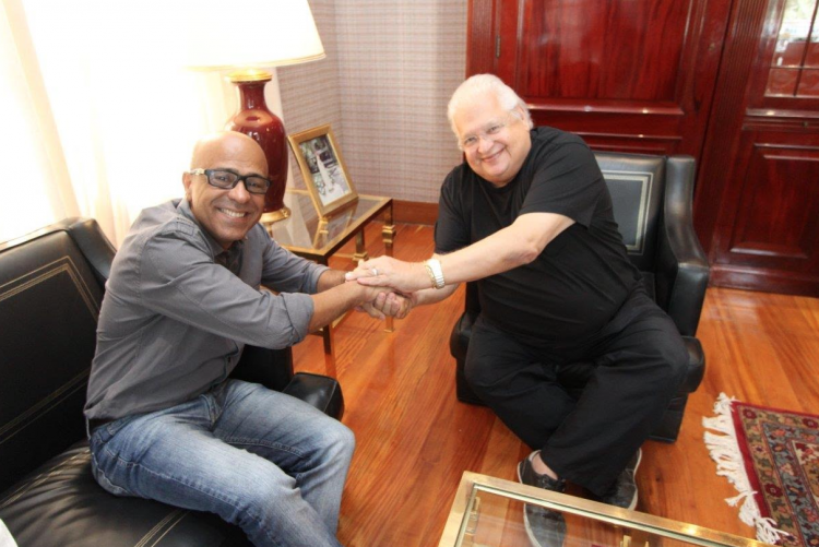 Reitor da UFF e presidente da Fundação Cesgranrio em aperto de mãos
