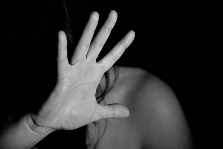 imagem: mulher cobrindo o rosto com a mão