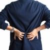 Imagem: homem com dor na lombar devido à problema renal