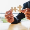imagem: mãos juntando duas peças de um quebra-cabeças
