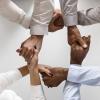 imagem: pessoas com braços entreleçados